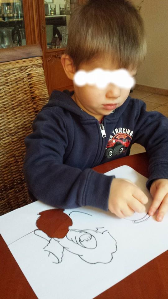 Kéliann dessine avec les crayons gras, la ronde des chérubins prépare Noël