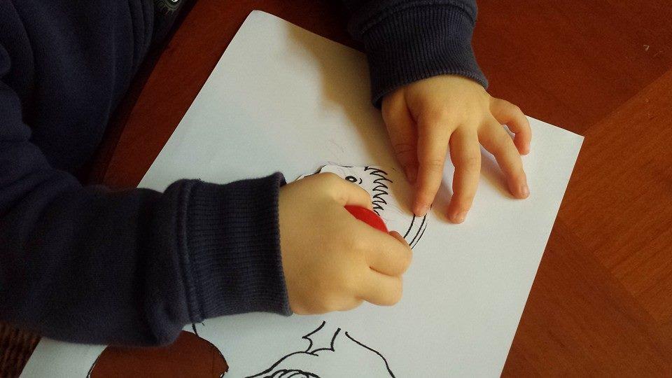 Kéliann colorie la tête de son ange de Noël, assistante maternelle Villeparisis